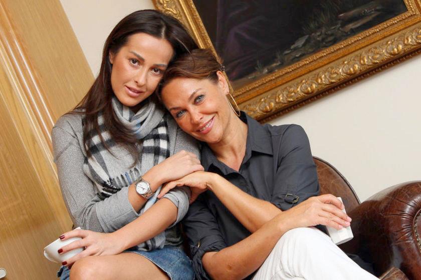 Хюлья Авшар и ее дочь на фото