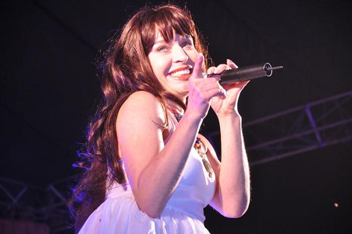 Алиса Мон певица на сцене на фото