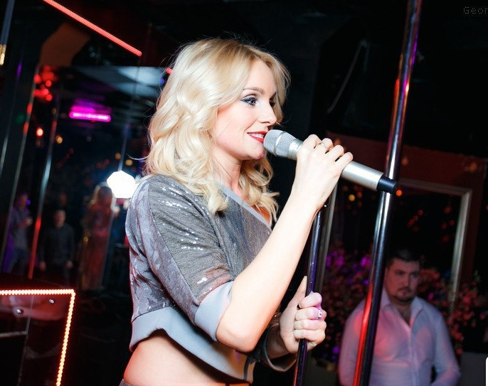 Анастасия Крайнова фото певицы на выступлении