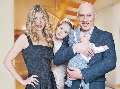 Денис Майданов его жена и дети на фото