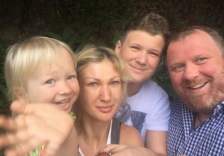 Константин Ивлев его дети и жена на фото