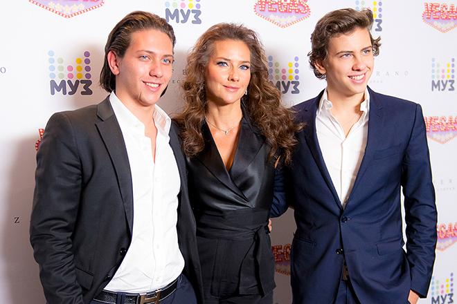 Елена Север и ее дети Юрий и Владимир на фото