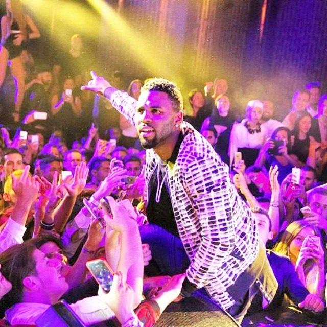 Певец Джейсон Деруло на концерте на фото