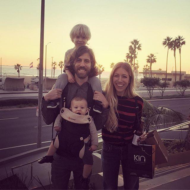 Уэйн Сермон и его жена Александра с детьми на фото